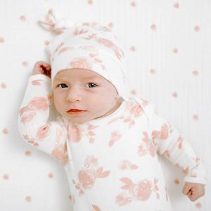 Aden and Anais - AGBN20001 - Coffret cadeau naissance grenouillère et bonnet rosettes (taille: 0 - 3 mois) (424006)