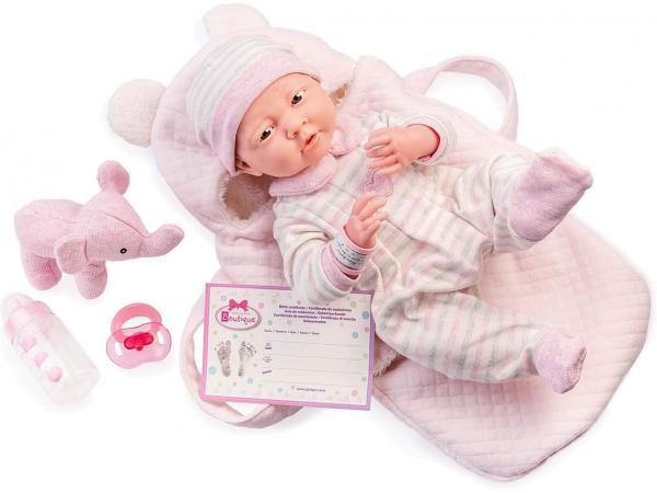 Rose soft body le newborn dans un panier de transport souple et des accessoires. corps souple nouveau-né. costume r